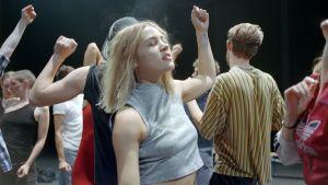 En samling av dansande ungdomar i Giséle Viennes dansföreställning Crowd.