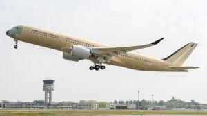 Airbusin A350-900 ULR -lentokone on juuri noussut kentältä koelennolle.