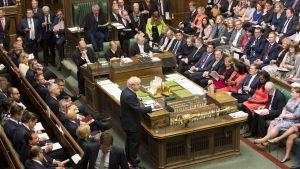 På bilden syns premiärminister Boris Johnson tala inför parlamentarikerna i det brittiska underhuset tidigare i september.