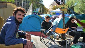 Roger Oncins i ett tältläger framför universitetet i Barcelona