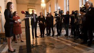 Sanna Marin möter pressen och håller presskonferens.