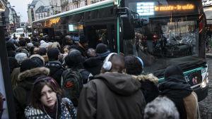 Työmatkalaiset jonottavat bussiin Gare du Nordin rautatieasemalla Pariisissa 16. joulukuuta.