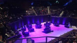 Scenen i Musikhuset i Helsingfors inför Nick Caves uppträdande