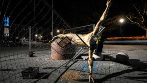 Zlatans staty lutar mot ett skyddsstängsel
