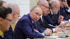 Rysslands president tillsammans med den arbetsgrupp som har som uppdrga att reformera grundlagen.