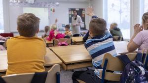 Oppitunti vauhdissa Luhangan koulussa, oppilas viittaa.