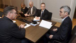 Fackförbundet Pros ordförande Jorma Malinen och Förhandlingsdirektör Jarkko Ruohoniemi vid Teknologiindustrin.