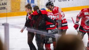 Otto Kivenmäki leds bort från isen.