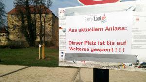 Skylt som förbjuder tillträde till en plats där man kan spela petanque i Tyskland.