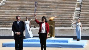 Naoko Imoto står med den olympiska elden