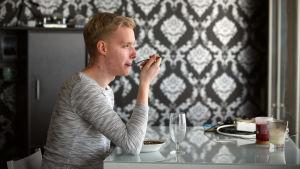 Mikael Hagelstam äter lunch hemma i Tallinn.