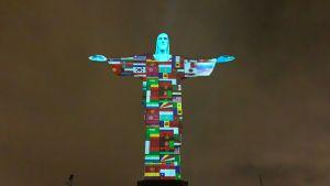 """Flaggor från coronadrabbade länder projiserade på Kristusstatyn """"Cristo Redentor""""  i Rio de Janeiro, Brasilien 18.3.2020"""
