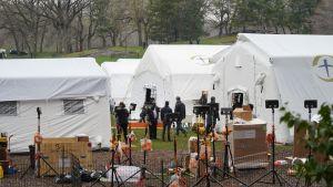 Ett tillfälligt fältsjukhus har upprättats i Central park mitt i New York, för att ta hand om coronapatienter.