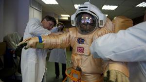 Romain Charles koettaa avaruuspukua.