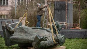 En staty föreställande den sovjetiske marskalken Ivan Konev monteras ner i Prag i april 2020.