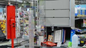 Plexiglas i butikskassa