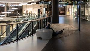 Pasilan Triplan ostoskeskuksessa on tyhjää. 18.5., Helsinki, Pasila.