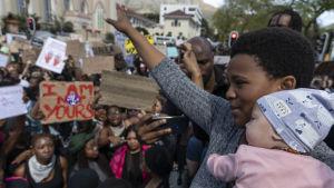 Kvinnor i Sydafrika som protesterar mot könsbaserat våld i Kapstaden 5 september 2019.
