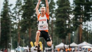 Kristian Pulli hoppar.