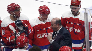 Todd Reirden ger direktiv till sina stjärnor Aleksandr Ovetjkin, Jevgenij Kuznetsov och Tom Wilson.
