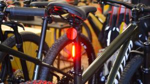Baksidan av en cykel med baklykta på.