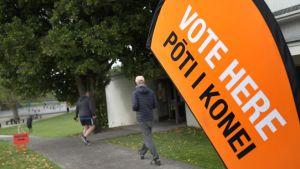 Människor vandrade till en vallokal i Auckland den 17 oktober.
