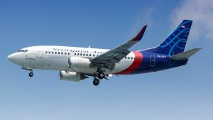 Ett flygplan av modellen Boeing 737-500 i luften. Flyget tillhör bolaget Sriwijaya Air.