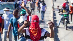 Demonstranter kräver att president Moïse avgår. Det var många arga, unga män ute på gatorna i Port-au-Prince på söndagen.