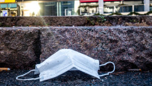 Någon har kastat ett munskydd på gatan.