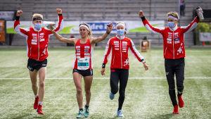 Schweiziska orienterarna springer över mållinjen som segrare.