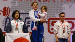 Marcela Sandvik högst upp på pallen i VM i bänkpress 2016.