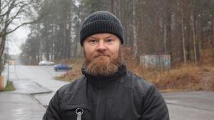 Ett porträtt på en man i 35-års åldern  i vinterkläder med medellångt ljusbrunt skägg.
