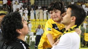 Familjefotot med Diego Maradona, Benjamin och Sergio Aguero.