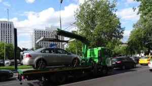 En felparkerad bil transporteras bort i Moskva
