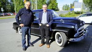 Stig Lytz och Kaj Nymark framför Kajs Chevrolet Styleliner 1951