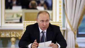 Rysslands president Vladimir Putin hoppades att Ryssland och EU kan förbättra reltionerna med varndra trots sanktioner och motsanktioner då han talade vid det internationella ekonomiska forumet i Sankt Petersburg