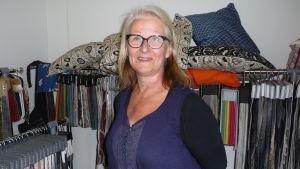 Mirja Koponen i sin hall där hon reparerar och klär om möbler
