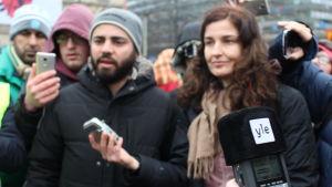 reportrar och demonstranter på Järnvägstorgets asyldemo i Hfrs