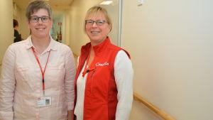 Camilla Laiho och Camilla Eliasson är lärare för närvårdarna på Axxell. Nu utbildar de de studerande på Villa Anemone i Karis.