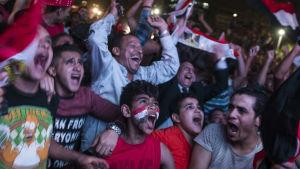 Egyptiska fans firar VM-biljetten.