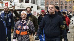 Jesse Torniainen deltar i en nynazistisk demonstration i Tammerfors.