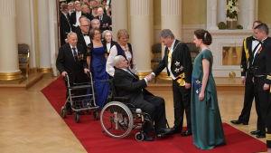 Kringsveteranerna skakar hand med presidentparet.