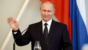 Rysslands president Vladimir Putin vinkar till finländare under sin presskonferens med Sauli Niinistö 27 juli.