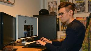ung man vid dator