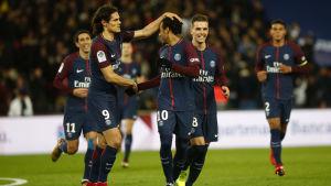 PSG-spelarna firar mål.