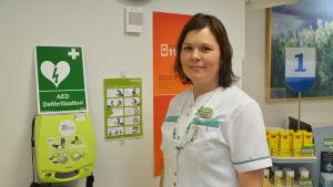 Carina Kontinen med defibrillator