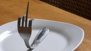 En gaffel visar fingret.
