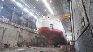 Ett kryssningsfartyg som håller på byggas.