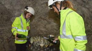 Jaana Virkki och Sonja Vartio häller upp champagne i Tytyri gruva i Lojo.