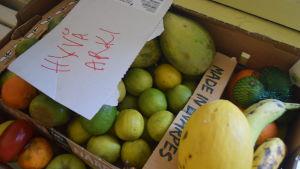 Frukter som delas ut vid mathjälp i Esbo.